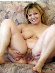 Fatty mature woman exposes her flabby..