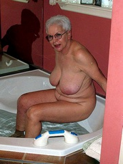 Naked grandma in the bathroom, amateur..